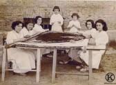 Alumnas bordando el manto de virgen de la Parroquia de San Sebastian (1954)