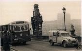 El autobus de la línea 35, modelo Pegaso 5022, atravesando el puente de Toledo