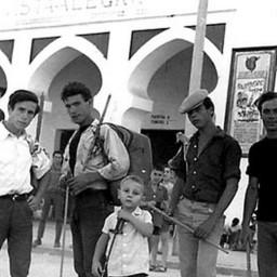 Jóvenes en la entrada de Plaza de toros Carabanchel