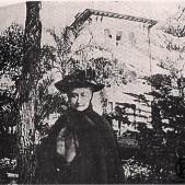 La emperatriz Eugenia de Montijo delante del Palacio de Miranda (1877)