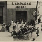 Mujeres saludando a los milicianos que regresan de Carabanchel 1936