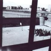 Reunión en el patio de la cárcel