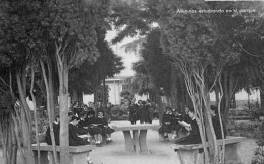 Escolapias. Alumnas estudiando en el parque
