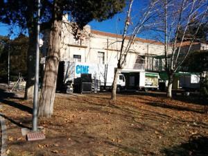 Camiones del rodaje de la serie 'Robada' en el exterior del palacio del Marqués de Salamanca
