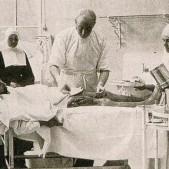 Mariano Gomez Ulla atendiendo a un enfermo en el Hospital Militar de Carabanchel