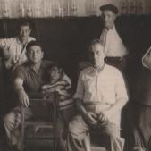 12. Jenaro Barciela con su hijo Carlos y Segundo Estébanez, dueño de Casa Segundo, en el interior del establecimiento. (años 50)