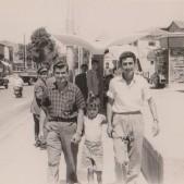 3. Carlos Barciela con unos vecinos en la Plaza de la Emperatriz (años 50)