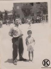 6. Jenaro Barciela con su hijo Carlos en el campo de balonmano de la Escuela de Formación Profesional de Automovilismo. Un partido contra el Atlético de Madrid (años 50)