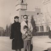7. Mariví, Roberto y Carlos Barciela en el cuartel de Carabanchel Alto (años 50)
