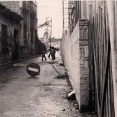 Niños jugando al lado de la iglesia (finales de los años 70)