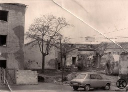 Plaza 6 de diciembre con la torre de la Parroquia de San Pedro (finales de los años 70)