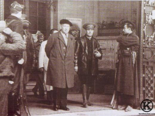 Francisco Largo Caballero saliendo del Hospital Militar de Carabanchel (1936)