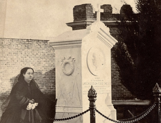 Tumba del Ministro Plenipotenciario de Gran Bretaña en México, Loftus Charles Otway, y su viuda. Sus restos fueron trasladados a Londres, pero el monumento sigue estando en el cementerio madrileño.