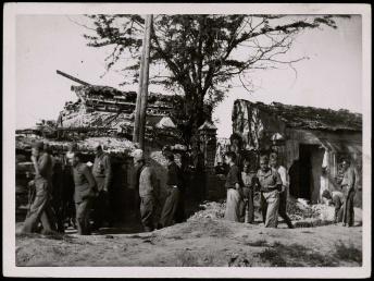 Barrio del Terol - Carabanchel. Construcción de la primera línea sobre los escombros de casa voladas por mina (abril de 1938)-001