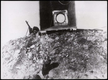 Frente de Madrid. Altavoz en el frente de Carabanchel defendido por una ametralladora Nov 1937-001