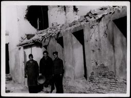 Frente de Madrid. Preparando la colocación de un altavoz en el Sector de Carabanchel Bajo Dic 1937-001 (1)