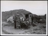 Frente de Madrid. Soldados nacionales comiendo en el sector de Carabanchel Nov 1937-001