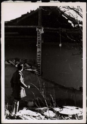 Niño contemplando los restos de su casa destrozada por la aviación fascista Carabanchel-001 (1)